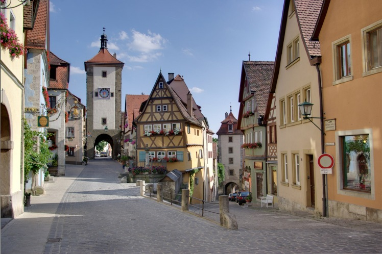 a-famous-street-in-rothenburg-called-plonlein-with-koboldzellersteig-and-spitalgasse.jpg