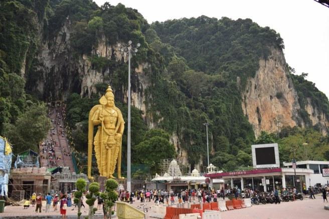 Intarea de la Batu Caves si statuia Lordului Murugan