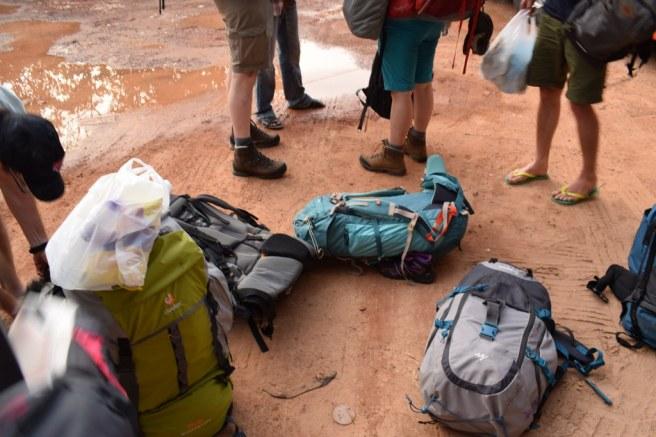 Bagajele aruncate in noroi