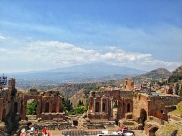 Teatrul Grecesc din Taormina cu vedere spre Vulcanul Etna